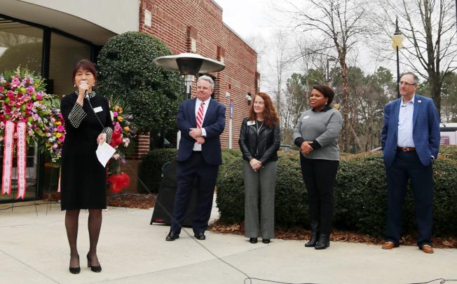 董事長張維霞(左)表示鼎信銀行是大家經過三年努力而成立,左二起為銀行執行長查理布朗(Charlie Brown)、北Fulton和Gwinnett商會代表和Johns Creek市長Mike Bodker。