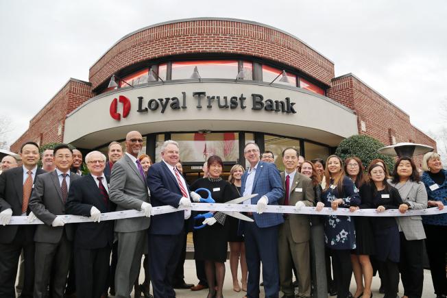 鼎信銀行全體董事、職員與貴賓在董事長張維霞帶領下,正式剪綵開幕。