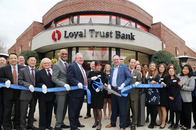 鼎信銀行全體董事、職員與貴賓拉上,拉上Gwinnett商會綵帶剪綵開幕。