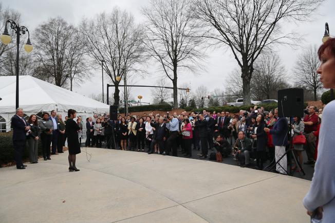 鼎信銀行正式開幕吸引了各族裔佳賓300人到場。