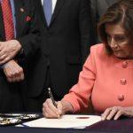 歷史性一刻! 波洛西簽字 眾院將彈劾案遞交參院 最快下周二審理