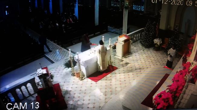 一男子在彌撒時向聖壇及神父潑灑不明液體。(天主教布碌崙教區提供)