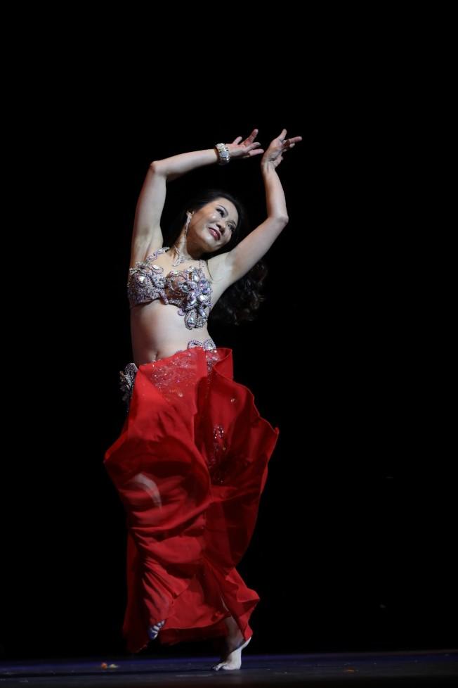 2019美國亞洲太太總冠軍伍曉紅表演舞蹈。(伍曉紅提供)