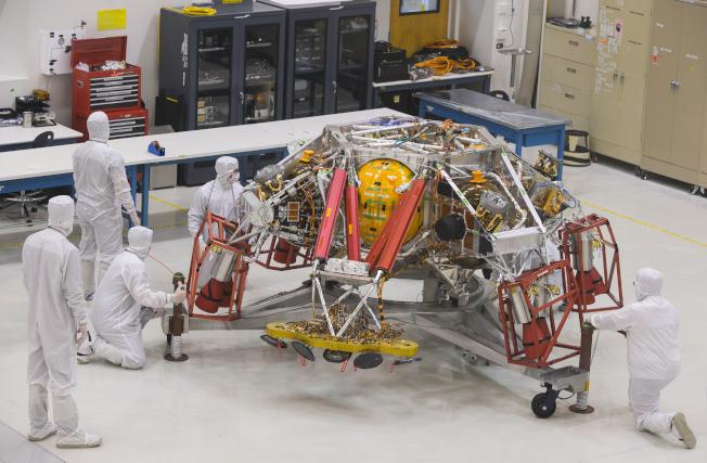 美國在科學與工程等領域失去領先地位。圖為美國太空總署研發人員檢視火星登陸小艇。(Getty Images)