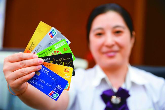 人行公布首批監管沙盒的六個金融科技創新監管試點應用名單,其中,銀聯手機POS案將活化40億張銀行IC卡。(本報系資料庫)
