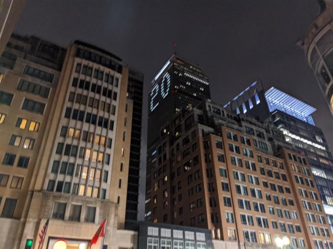保德信大樓52層餐廳。圖為跨年夜該樓打出「20」字樣。(記者劉晨懿之╱攝影)
