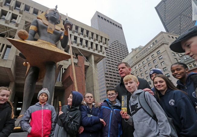 「國王圖卡:黃金法老的財富」巡迴展即將到波士頓,波士頓市府廣場豎起雕像。(波士頓市長辦公室提供)