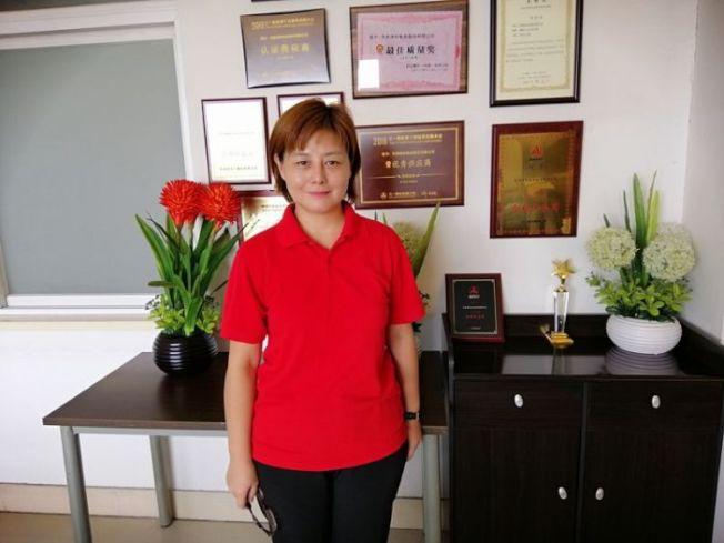 天津津裕電業總經理助理林佳樺和公司的榮譽牆。(取材自新華網)