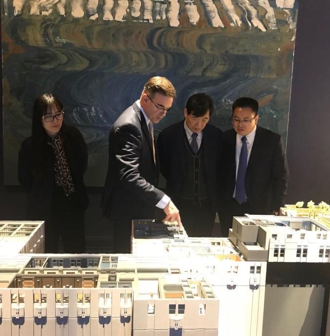 大家保險集團海外業務負責人羅勝(右一)、華爾道夫項目組組長孟慶禹(右二)視察華爾道夫銷售中心。(大家保險集團提供)