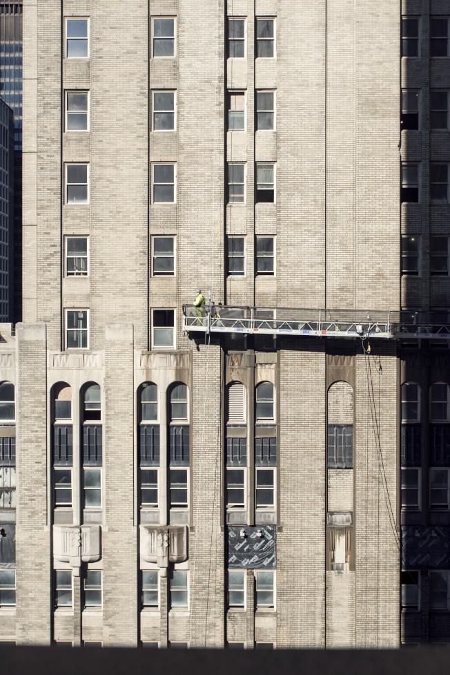 華爾道夫酒店改建工程中更換數千年久失修的窗戶,但外觀完全維持原貌。(大家保險集團提供)