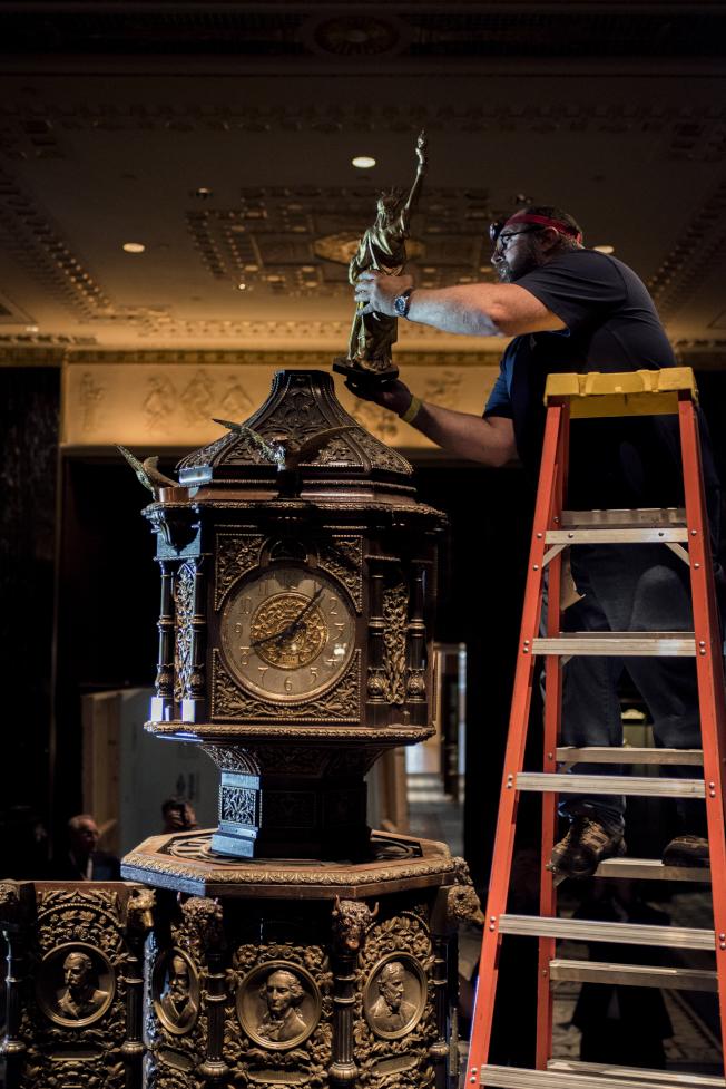 華爾道夫酒店改建工程中,對酒店原有骨董進行修復。(大家保險集團提供)
