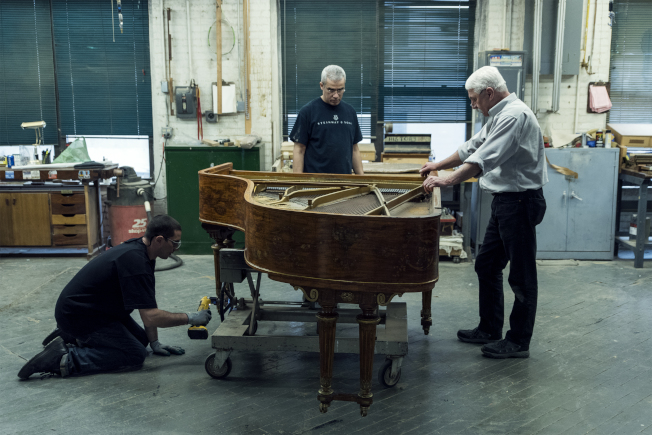 華爾道夫酒店改建工程中,作曲家科爾·波特的鋼琴進行修復。(大家保險集團提供)