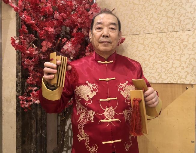 白國禎自學快板,並創作快板作品在社區表演。(記者朱蕾/攝影)