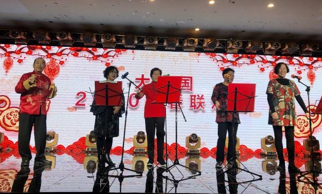 白國禎(左一)帶領四名華裔年長者共同表演他為農曆新年創作的快板作品。(記者朱蕾/攝影)