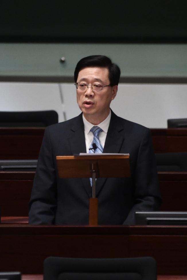 香港特區保安局局長李家超15日出席香港立法會會議,回應議員就香港的治安情況的質詢。  (中通社)
