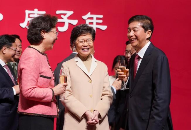 香港中聯辦主任駱惠寧(右)和香港特區行政長官林鄭月娥(中)等嘉賓祝酒交談。(中通社)
