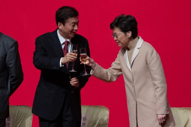 香港中聯辦新春酒會上,新任主任駱惠寧(左)讚特首林鄭月娥(右)很有勇氣。 (歐新社)