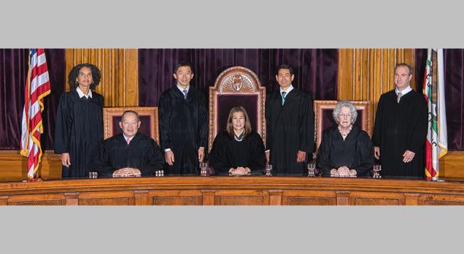 加州最高法院全體大法官合影,左二為陳惠明,左三為劉弘威。(加州最高法院網站)