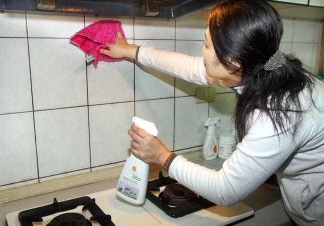 不論是清潔劑或清水,都很容易刺激皮膚,大掃除最好戴上手套保護皮膚。(本報資料照片)