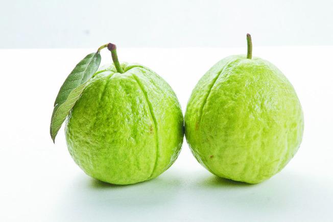 攝取含維生素C的食物,例如芭樂等,更能幫助鐵質的吸收。(本報資料照片)