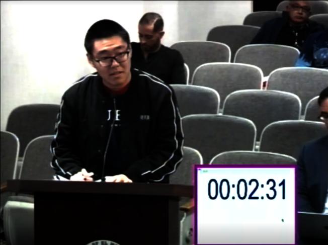 艾爾蒙地市高中華裔學生Maxwell上台發言,支持電子菸禁令。(視頻截圖)