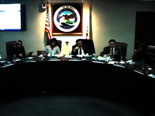 艾爾蒙地市(El Monte)14日市議會舉辦口味電子菸禁令聽證會。(視頻截圖)