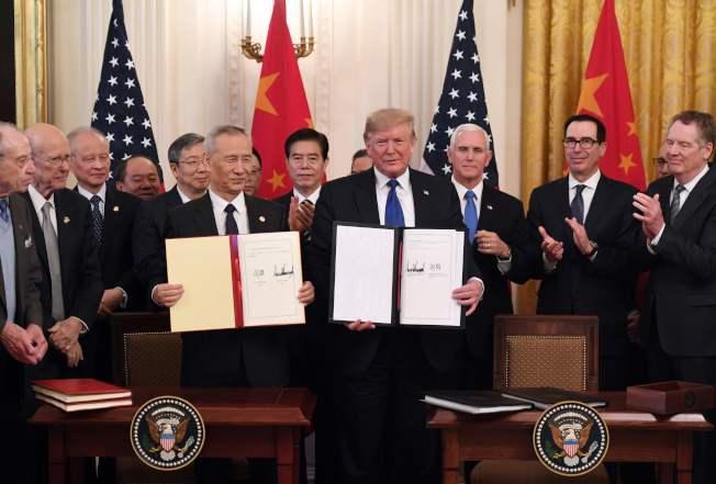 美國總統川普(前右)和中國國務院副總理劉鶴(前左)在白宮簽署美中第一階段貿易協議。(Getty Images)
