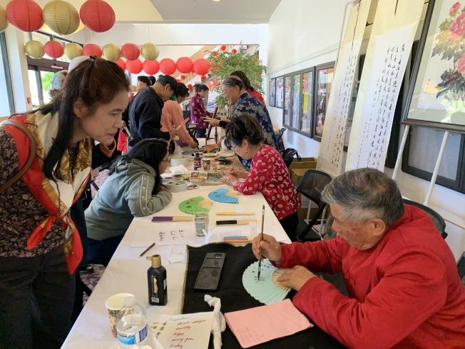 拉古納伍茲退休社區各族裔居民歡慶農曆新年,華聯會以書畫展示中華文化。(本報記者/攝影)