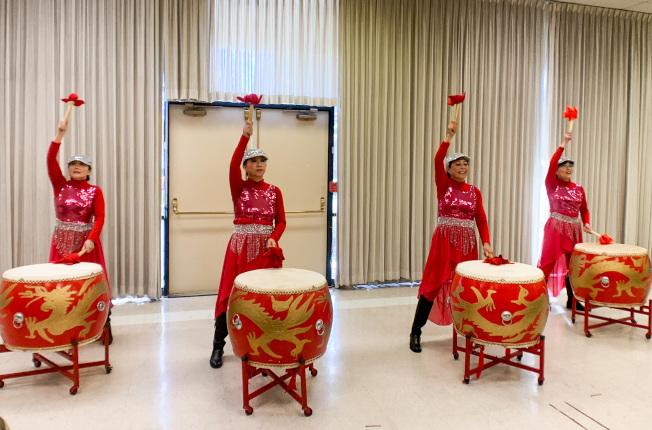 俏佳人舞團演出聲勢浩大的金鼓迎春。(本報記者/攝影)