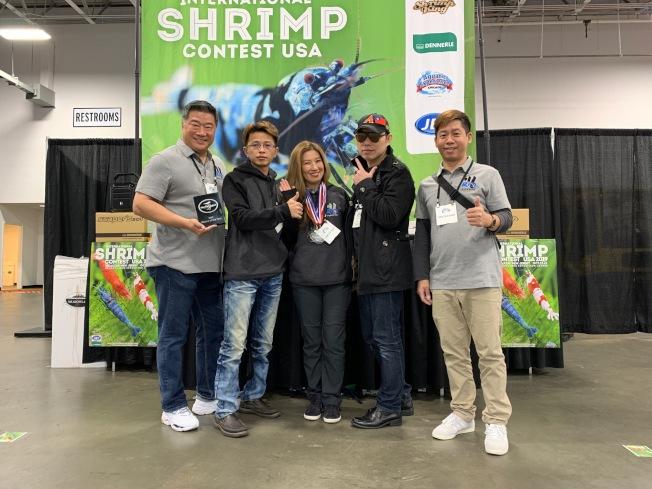 亞市華人翁麗凱(中)去年10月帶蝦參賽獲得多個獎項。(翁麗凱提供)