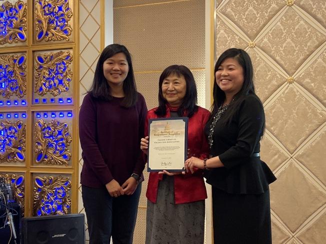 聯邦眾議員趙美心 (Judy Chu) 派兩位代表頒發感謝狀,給中美金齡會理事長齊銥(中)。(記者謝雨珊/攝影)