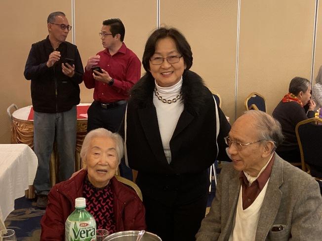 兩位101歲人瑞參與中美金齡會舉辦的春節聯歡會。(記者謝雨珊/攝影)