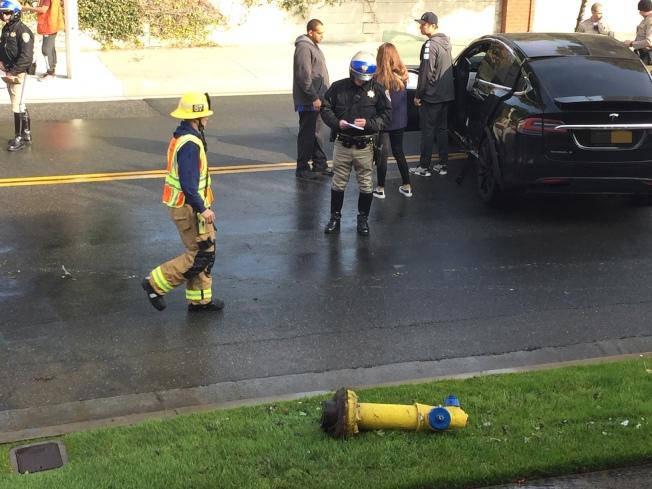 警察和消防員在現場。(讀者提供)