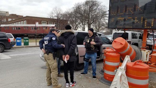 ICE執法人員在皇后區刑事法院外逮捕移民。(移民辯護計畫提供)