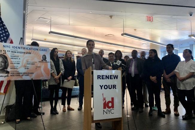 摩斯托菲(講話者)介紹紐約市民卡的新設計和新福利。(記者朱蕾/攝影)