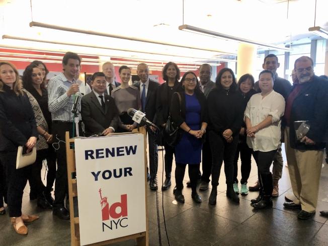 沃爾科特、摩斯托菲、市議員顧雅明等慶祝紐約市民卡五周年。(記者朱蕾/攝影)