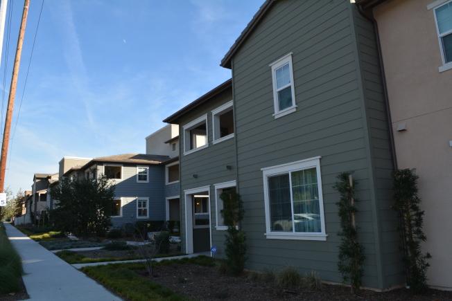 洛杉矶县克莱蒙市(Claremont)Meadow Park全新城市联排别墅。(记者启铬/摄影)