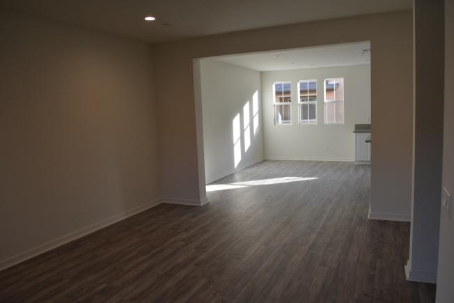 洛杉磯縣克萊蒙市(Claremont)Meadow Park全新城市聯排別墅,室內客廳。(記者啟鉻/攝影)
