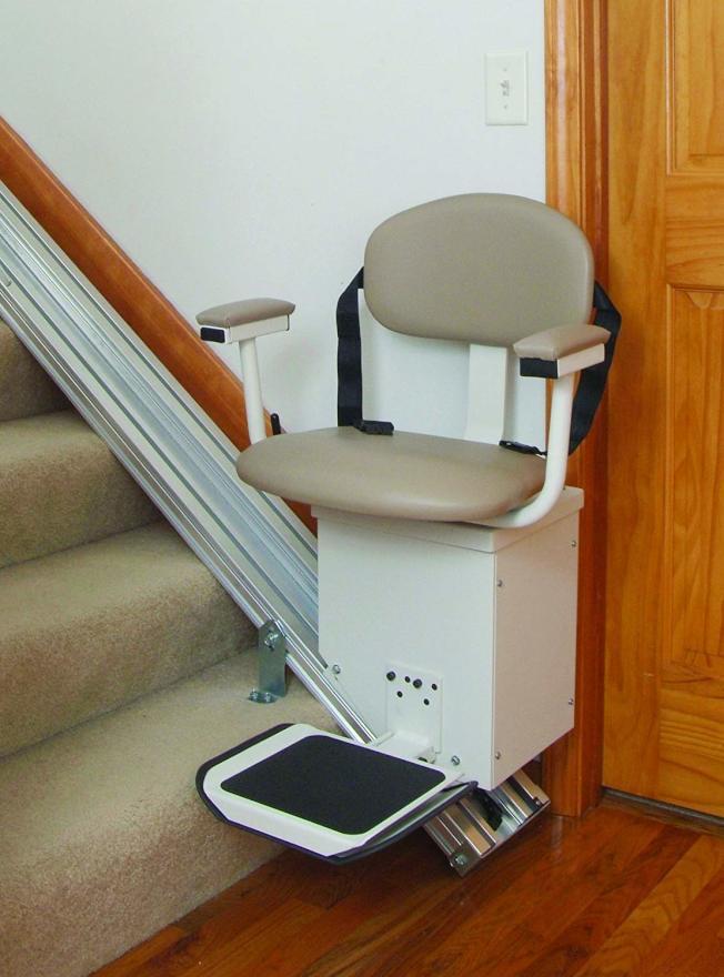 樓梯升降機安裝簡單,方便上下樓梯。(圖片取自亞馬遜)