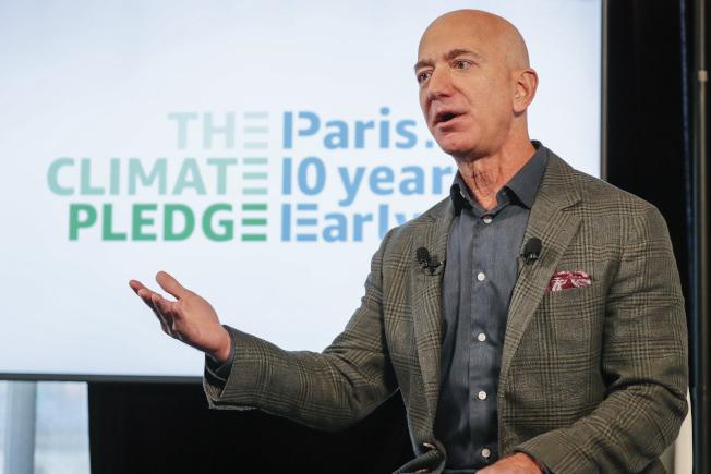 全球首富、亞馬遜公司創辦人貝佐斯的生父喬根森(下圖,取自YouTube),直到為貝佐斯撰寫傳記的作家2012年與他聯絡時,他才驚訝地得知,自己的兒子就是貝佐斯。(Getty Images)