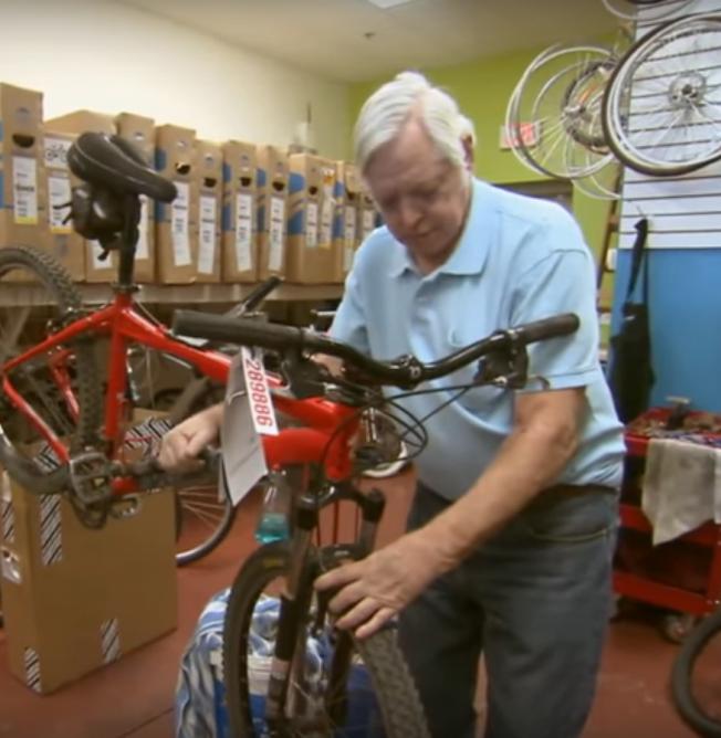 貝佐斯的生父喬根森生前經營一家自行車維修店。(Inside Edition YouTube截頻)