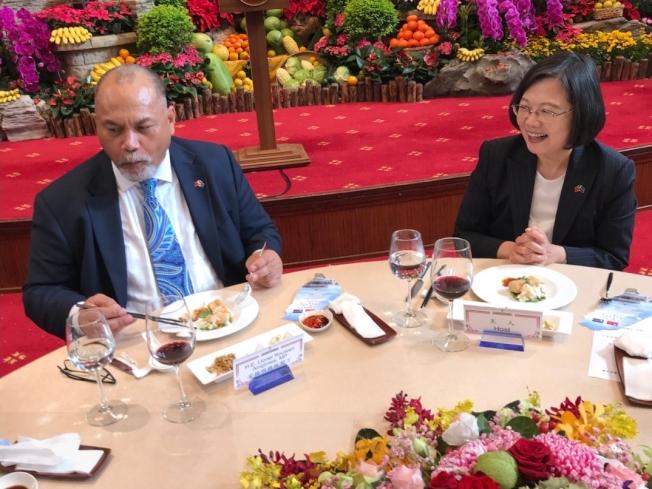 蔡英文總統(左)去年底以國宴宴請諾魯共和國總統安格明(右)伉儷,第一次在國宴上有臭豆腐這道菜。(取材自外交部推特)
