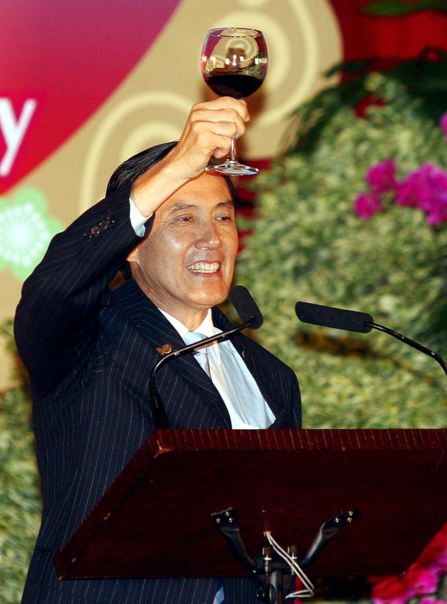 馬英九總統2011年在圓山飯店舉行的建國百年國慶國宴中,舉杯向來訪的各國貴賓敬酒。(本報資料照片)