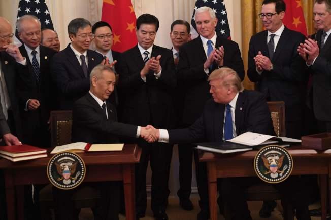 美中兩國在白宮簽署第一階段貿易協議,川普總統(右)和中國國務院副總理劉鶴握手。(Getty Images)
