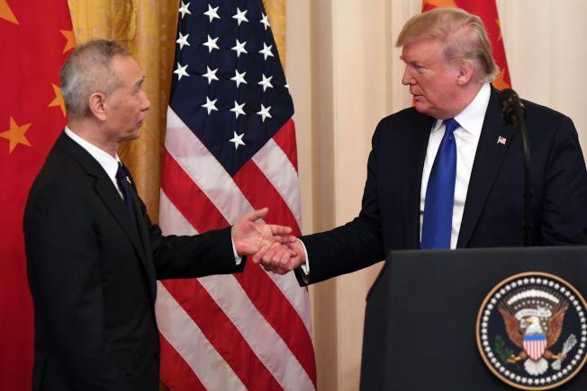 美中兩國在白宮簽署第一階段貿易協議,簽字前川普總統(右)和中國國務院副總理劉鶴握手。(Getty Images)