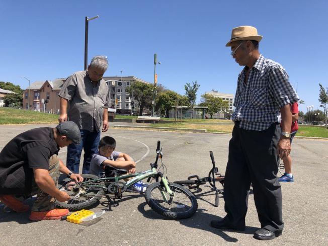 華埠Madison 公園是華人活動的重要場所。圖為公益組織此前在公園內舉行免費修自行車活動。(檔案圖,記者劉先進 /攝影)