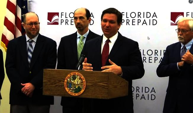 州長德桑提斯(Ron DeSantis, 右二)宣布預付大學學費計畫調降價格。(影片截圖)
