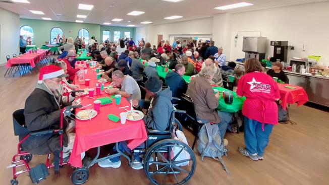 扶輪社奧蘭多龍社至奧蘭多救援任務聯盟擔任義工,為遊民服務晚餐。(圖:扶輪社提供)