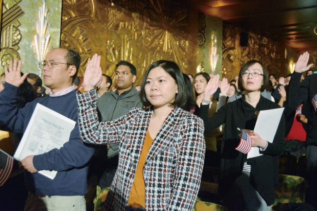 來自台灣的蔡宇婷(中,Emily Tsai)說,美國包容多種文化,移民過來,美國人張開雙手表示歡迎。(記者劉先進/攝影)