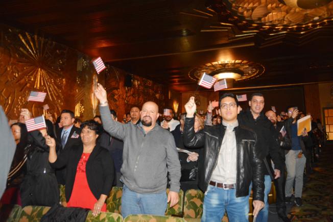 來自99個國家和地區的1361人,15日在屋崙派拉蒙劇院舉行公民入籍儀式。(記者劉先進/攝影)